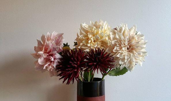 OAK_VASE_BLACK_COLLAR_MIXED_FLOWERS